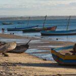 Plage de Madagascar avec des bateaux et un pêcheur
