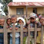 Des enfants curieux dans une école à Madagascar