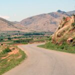 Une route traversant les montagnes de Madagascar