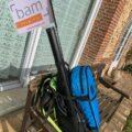 Le sac à dos avec le violon accroché est prêt pour le tour de France musical !
